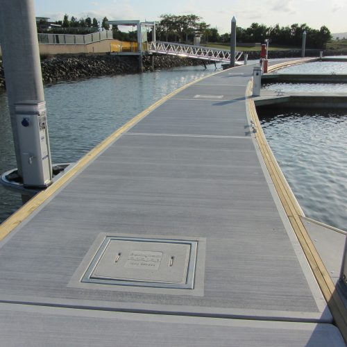 The curved design of the main pontoon allows the marina to blend perfectly into its environment.